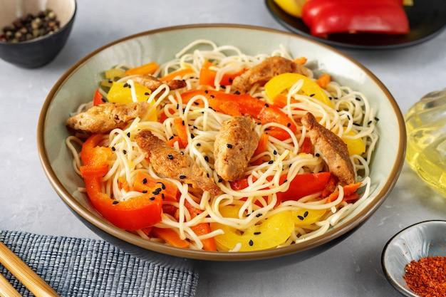 Chiuda in su delle tagliatelle vegan della frittura di stir Foto Premium