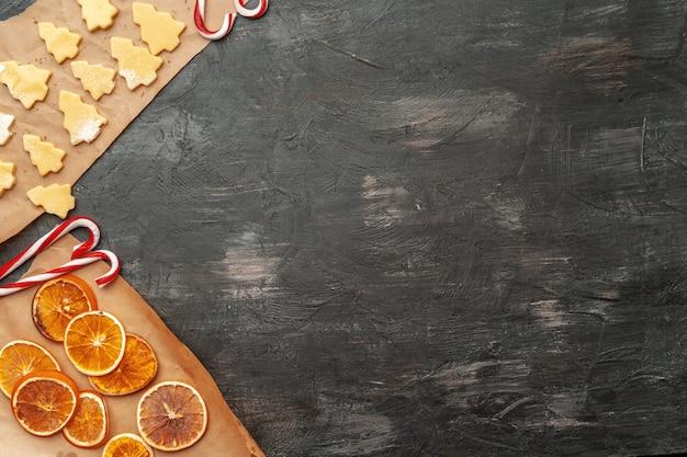 Chiuda in su di fare il processo dei biscotti del pan di zenzero di natale di festa Foto Premium