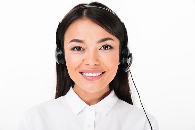 Chiuda in su di una donna asiatica amichevole in camicia bianca Foto Gratuite