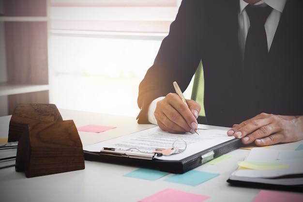 Chiuda su dell'accordo di firma dell'uomo di affari per l'acquisto della casa. concetto di direttore bancario. Foto Premium