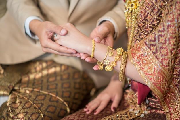 88d8c07b8857 Chiuda su della sposa della mano nella cerimonia di nozze tailandese ...