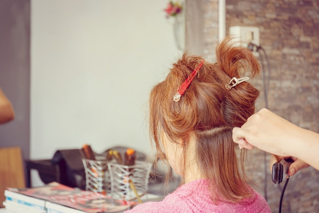 Chiuda su di taglio di capelli delle donne ai precedenti vaghi salone di bellezza, fuoco selettivo. Foto Premium