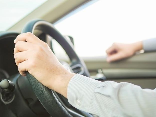Chiuda su di un uomo che guida l'automobile facendo uso di una mano, comportamento pericoloso Foto Gratuite