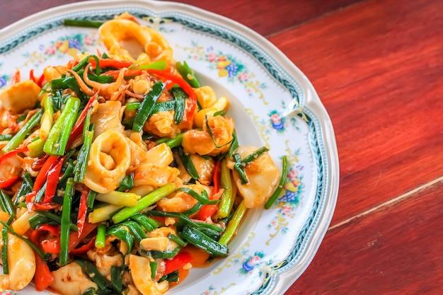 Chiuda sui granchi di shirmp del calamaro del curry dei frutti di mare della frittura sul piatto Foto Premium