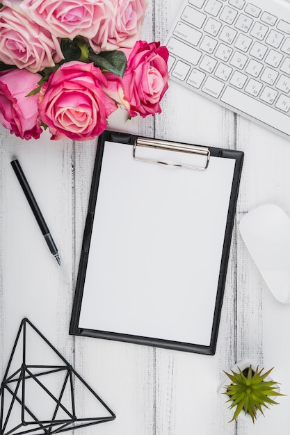 Chiuda sul blocchetto per appunti di vista superiore con un mazzo dei fiori Foto Gratuite