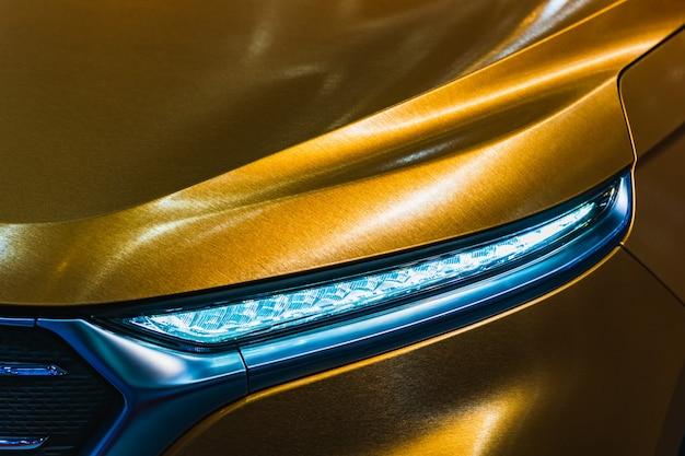 Chiuda sul colpo del dettaglio del faro dell'automobile sportiva di lusso moderna. Foto Premium