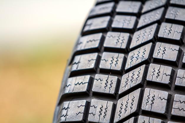 Chiuda sul dettaglio di nuova protezione di gomma nera della gomma di automobile Foto Premium