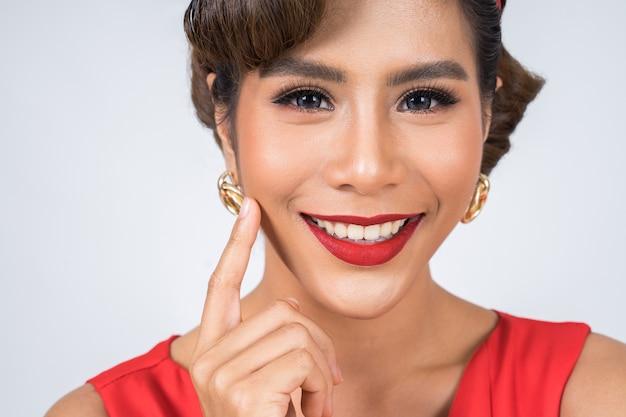 Chiuda sul grande sorriso delle labbra rosse della donna di modo Foto Gratuite