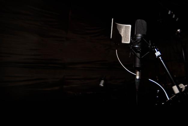 Chiuda sul microfono del condensatore dello studio con il filtro a schiocco Foto Premium