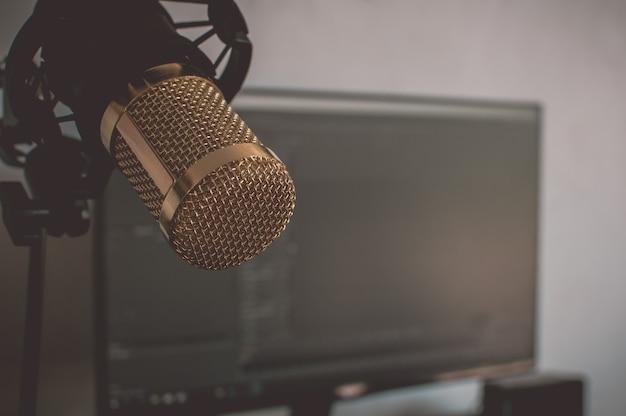 Chiuda sul microfono isolato Foto Premium