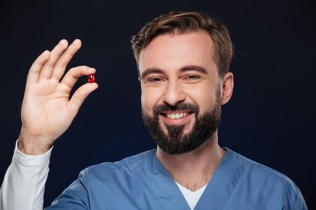 Chiuda sul ritratto di un medico maschio felice Foto Gratuite