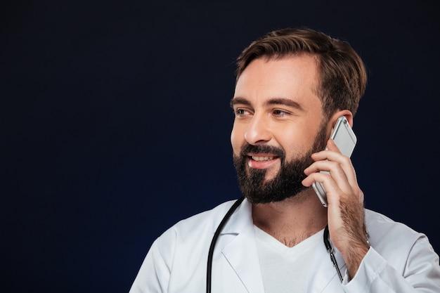 Chiuda sul ritratto di un medico maschio sorridente Foto Gratuite