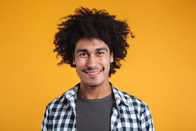 Chiuda sul ritratto di un uomo africano casuale sorridente Foto Gratuite