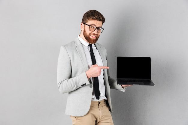 Chiuda sul ritratto di un uomo d'affari sorridente Foto Gratuite