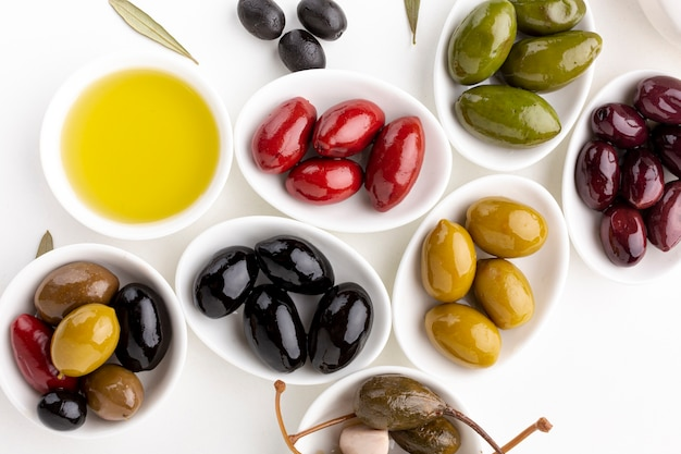 Chiuda sull'assortimento di olive variopinte con lo spazio della copia Foto Gratuite