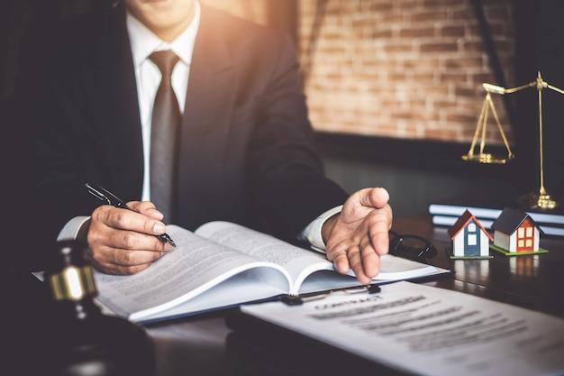 Chiuda sull'indicare di lavoro dell'uomo d'affari dell'avvocato Foto Premium