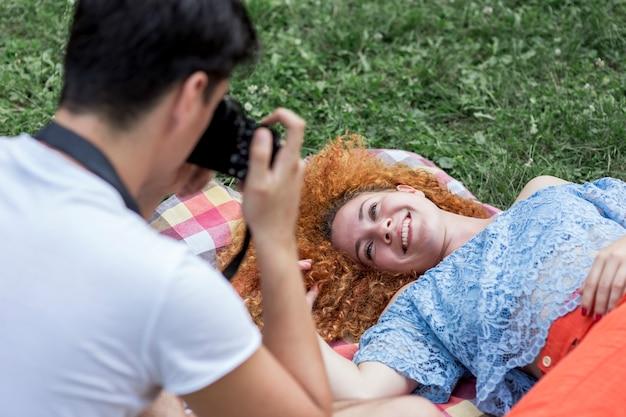Chiuda sull'uomo che prende una foto di una donna Foto Gratuite