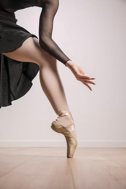 Chiuda sulla ballerina in scarpe da punta Foto Gratuite