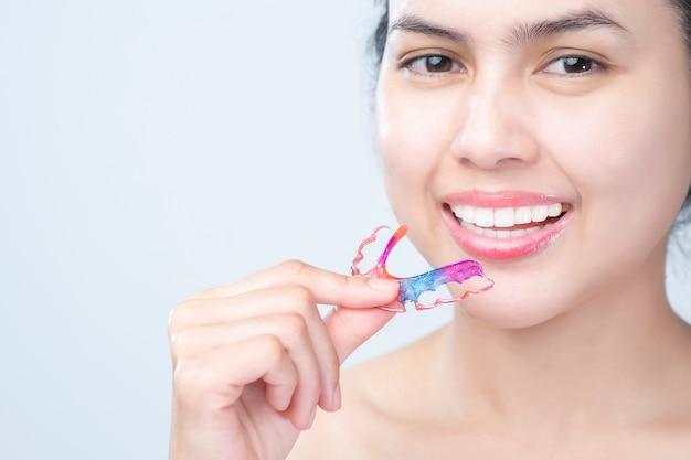 Chiuda sulla bella donna dei denti con i denti delle parentesi graffe Foto Premium