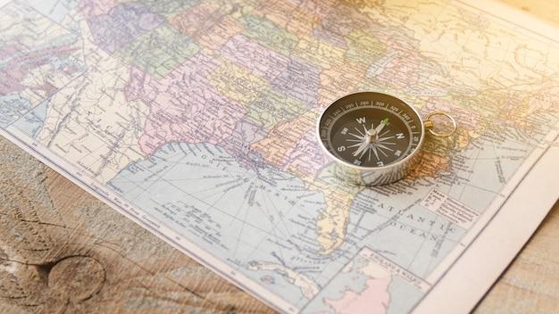 Chiuda sulla bussola sulla mappa del nord america Foto Gratuite