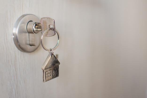 Chiuda sulla chiave sulla porta con la luce del mattino, prestito personale. il soggetto è sfocato. Foto Premium