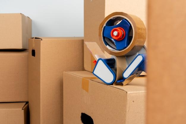 Chiuda sulla foto di una pila di scatole commoventi Foto Premium