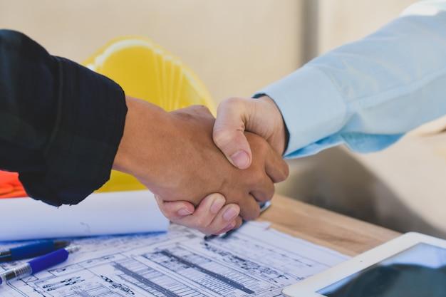 Chiuda sulla gente di affari stringe il progetto di costruzione dell'architettura di successo di accordo della mano Foto Premium