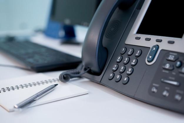 Chiuda sulla linea terrestre del telefono al concetto dell'ufficio Foto Premium