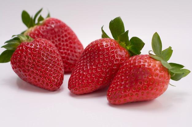 Chiuda sulla maschera delle fragole fresche con priorità bassa bianca Foto Premium