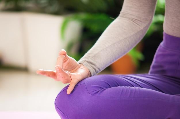 Chiuda sulla meditazione di esercizio di yoga della mano della donna Foto Premium