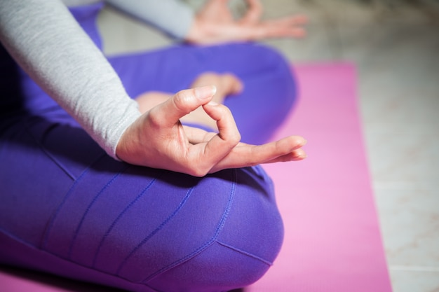 Chiuda sulla meditazione di yoga della donna della mano Foto Premium