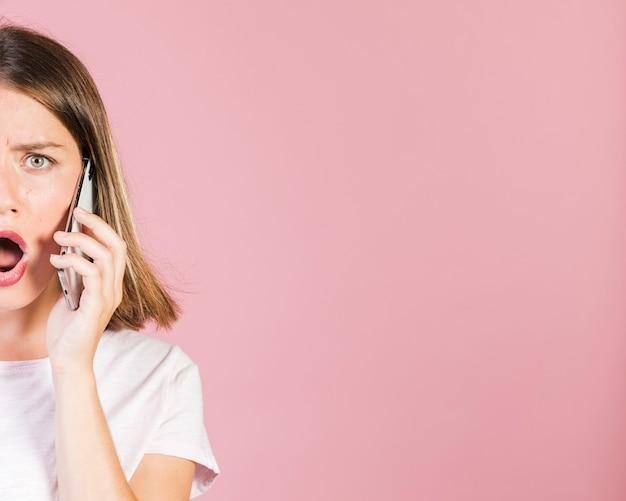 Chiuda sulla ragazza colpita che è sul telefono Foto Gratuite