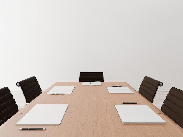 Chiuda sulla sala riunioni vuota con le sedie, la tavola di legno, il taccuino, il muro di cemento Foto Premium