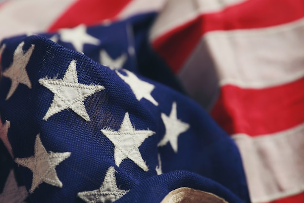 Chiuda sulla stella sulla bandiera americana che si trova liberamente. Foto Premium