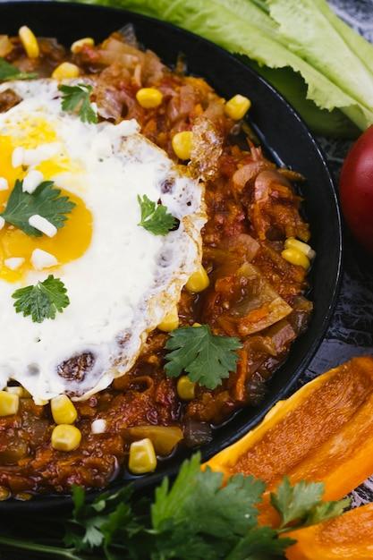 Chiuda sulla vaschetta con le uova e l'alimento messicano Foto Gratuite