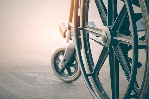 Chiuda sulla vista della sedia a rotelle con simbolo di handicap pavement Foto Premium