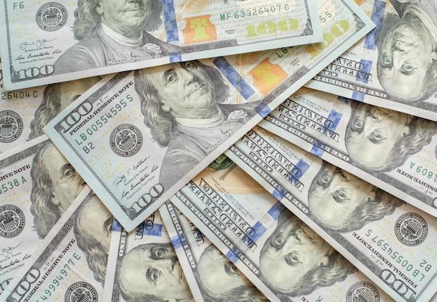 Chiuda sulla vista delle banconote in dollari del denaro contante nell'importo Foto Premium
