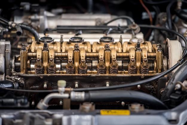 Chiuda sulla vista superiore del blocco pistoni delle intestazioni delle parti del motore e dell'ingranaggio a catena. Foto Premium
