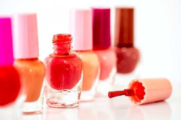 Chiuda sulle bottiglie dello smalto brillante di modo di colore Foto Premium