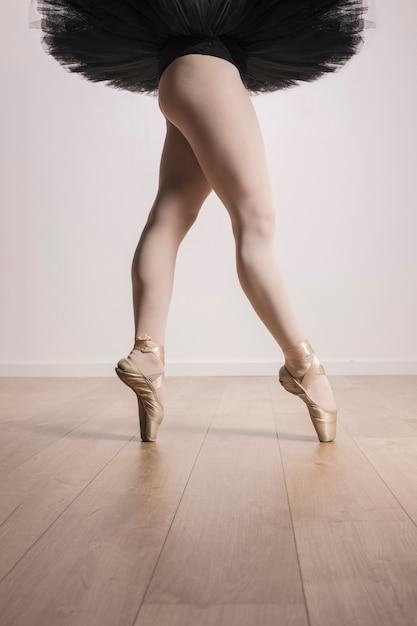 Chiuda sulle gambe adatte della ballerina Foto Gratuite