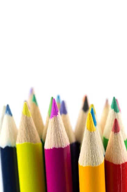 Chiuda sulle matite di colore isolate su fondo bianco Foto Premium