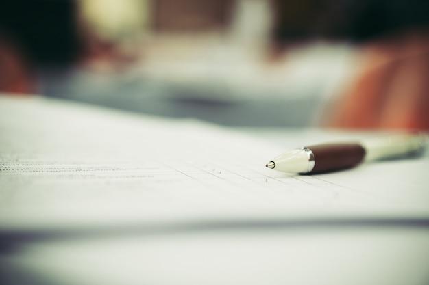 Chiuda sulle penne sul lavoro di ufficio della forma alla sala per conferenze o alla riunione di seminario, concetto di istruzione di affari Foto Premium