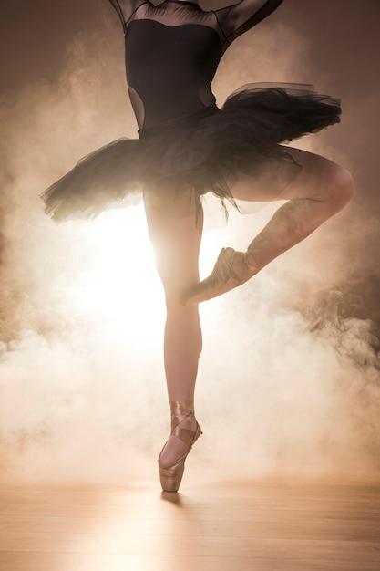 Chiuda sulle scarpe del tutu e del pointe della ballerina Foto Gratuite