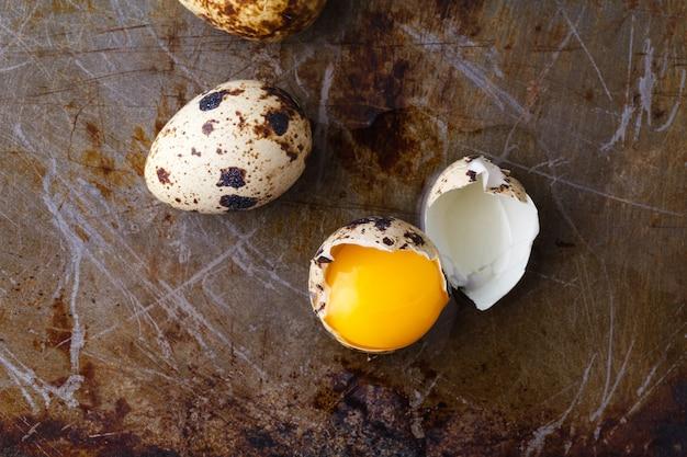 Chiuda sulle uova rotte con il fondo giallo del tuorlo Foto Premium