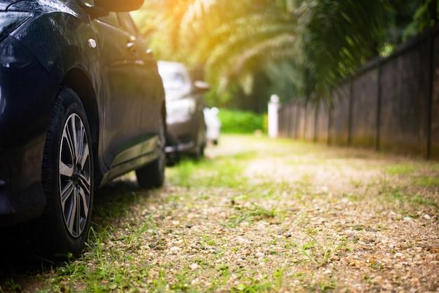 Chiudasi in su di nuovo parcheggio dell'automobile sulla strada asfaltata Foto Premium