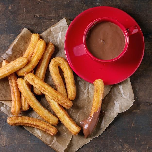 Churros spagnoli tradizionali con cioccolato Foto Premium