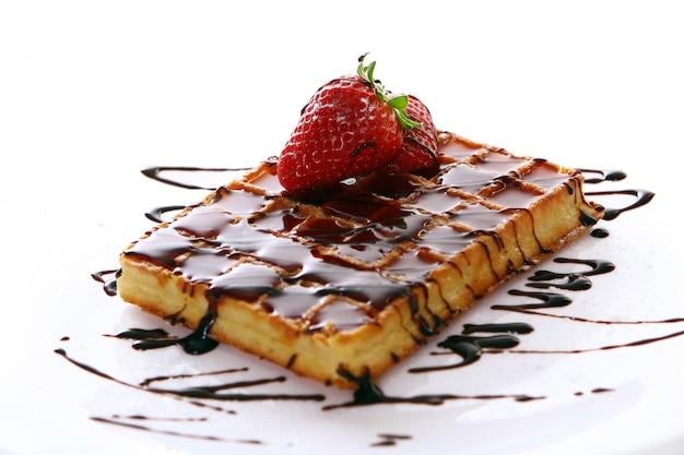 Cialde al cioccolato dolce fresco con fragole Foto Gratuite
