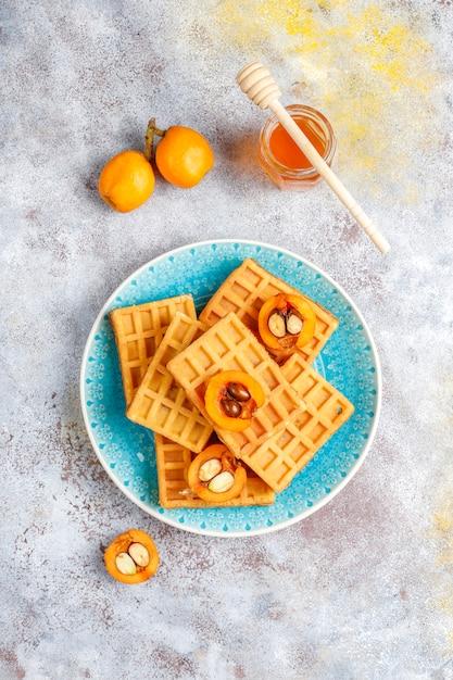 Cialde belghe quadrate con frutti di loquat e miele Foto Gratuite