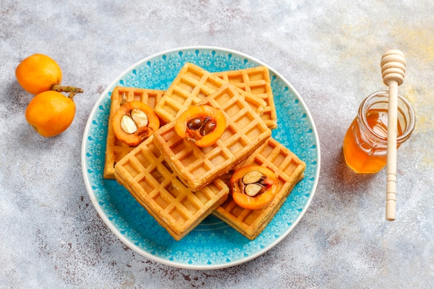 Cialde belghe quadrate con frutti di loquat e miele. Foto Gratuite