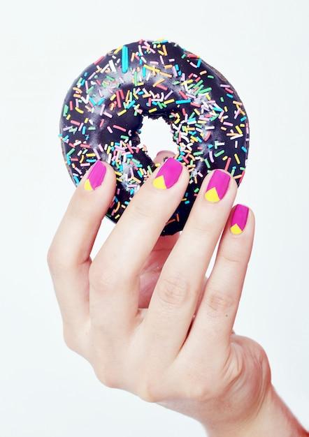 Ciambella dolce in mano Foto Premium